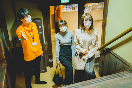 男性は左側階段を降り、女性は正面へ進み階段を降り、脱衣室へお進みください。