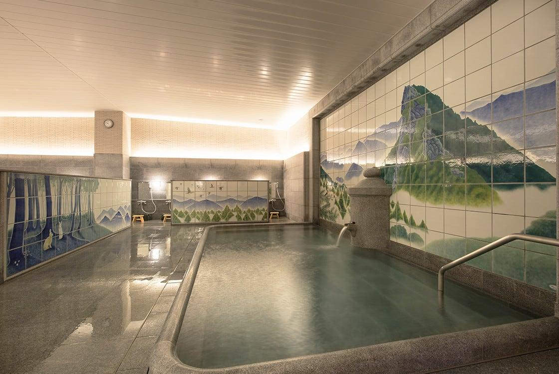 浴室のデザイン~壁画に囲まれた大浴場と露天風呂~